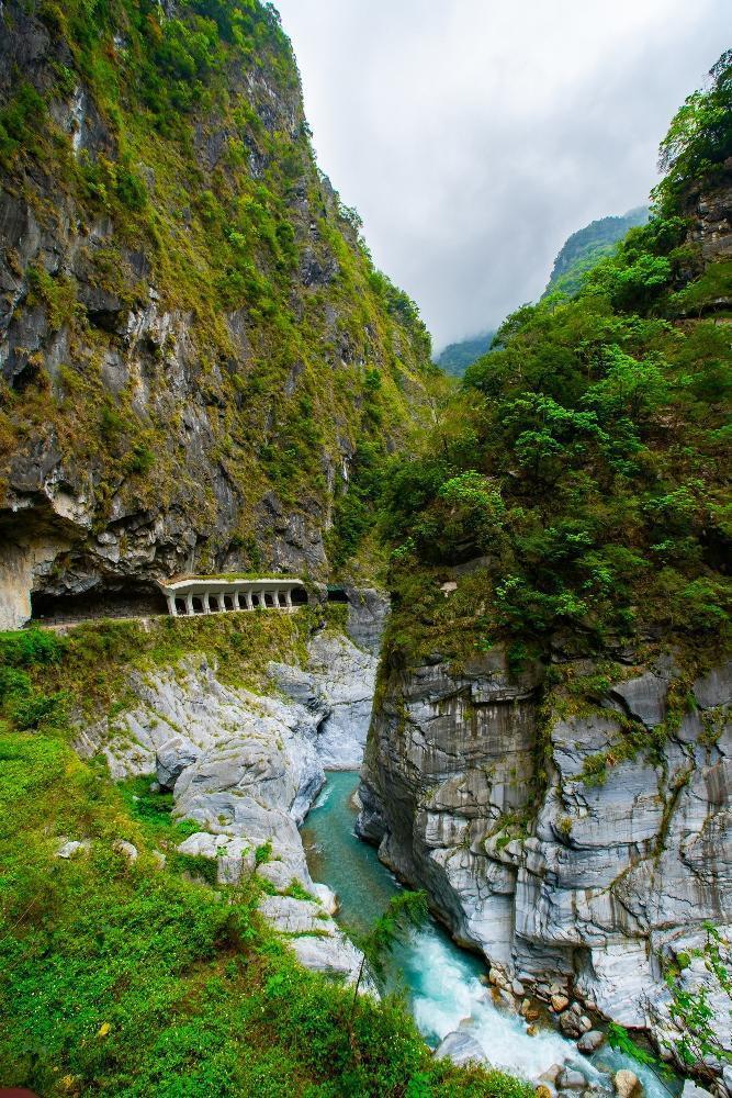 台灣花蓮擁有太魯閣等世界級美景,很值得去走走。