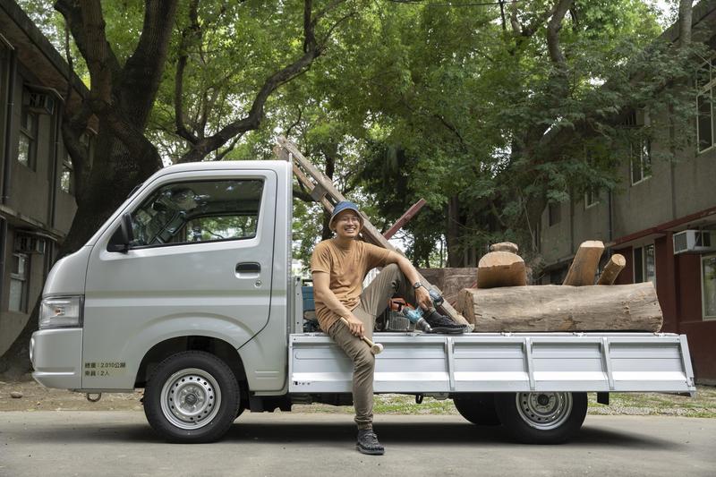 木雕師陳凱智現為板橋435園區進駐之藝術家,木材是他的創作之源,經常需要親自去搬運。