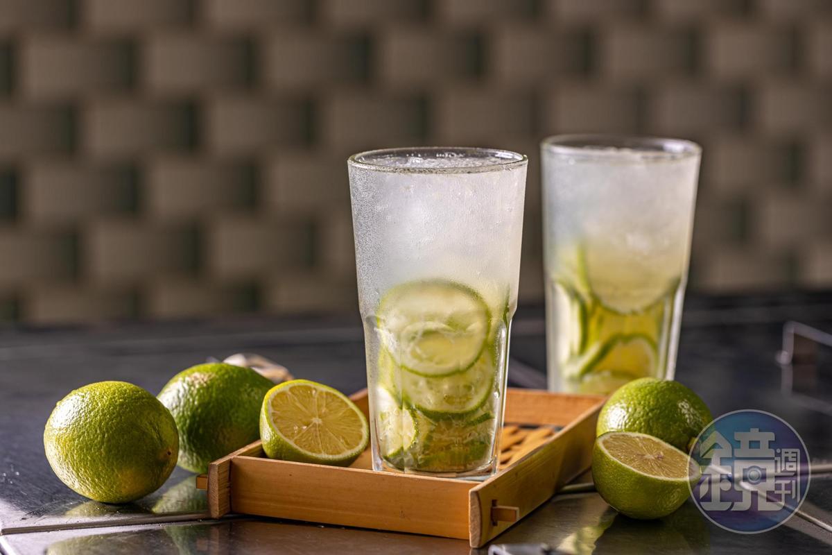 「檸檬汁」整顆檸檬切片搗出汁水和皮油香,再沖入糖水冷凍成的冰沙,有如無酒精的台式mojito。(50元/杯)