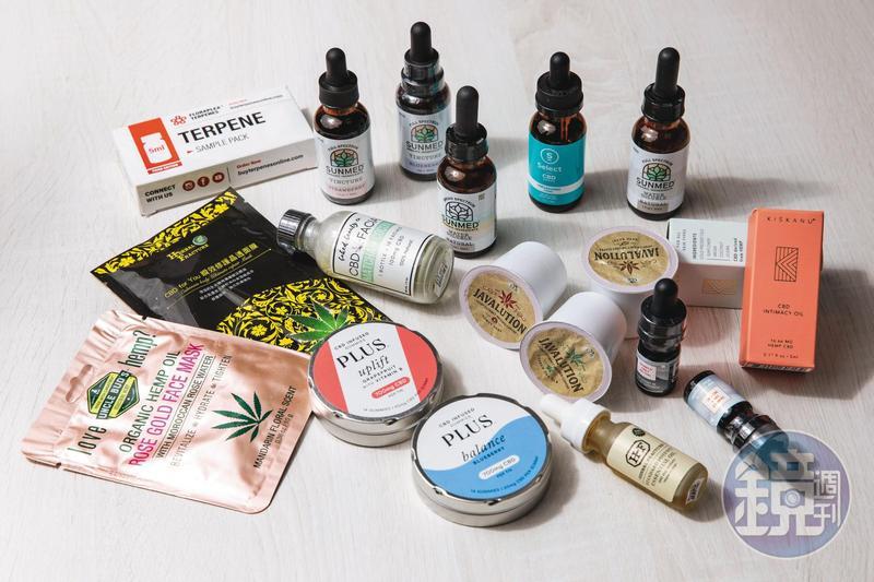 李菁琪律師攤開一堆從國外購買的CBD商品,有的加在軟糖、有的做成面膜,產品相當多元。