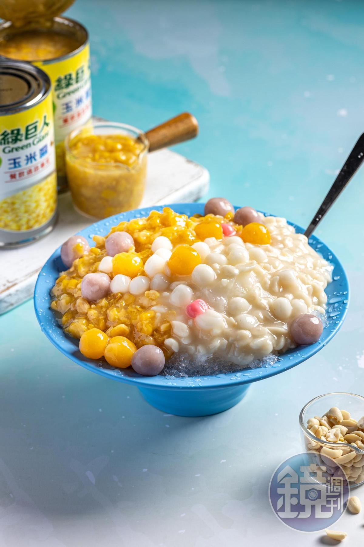 「花生玉米加圓冰」是歷久不衰的人氣招牌,玉米脆嫩、花生鬆棉、圓子Q糯,口感豐富。(100元/碗)