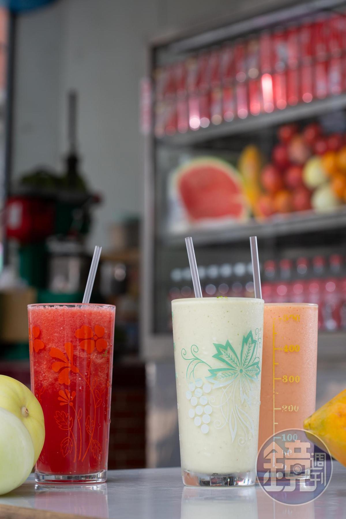 果汁類飲品用料實在,左起依序為「西瓜原汁」(55元/杯)「酪梨牛奶汁」(70元/杯)「木瓜牛奶汁」(60元/杯)。