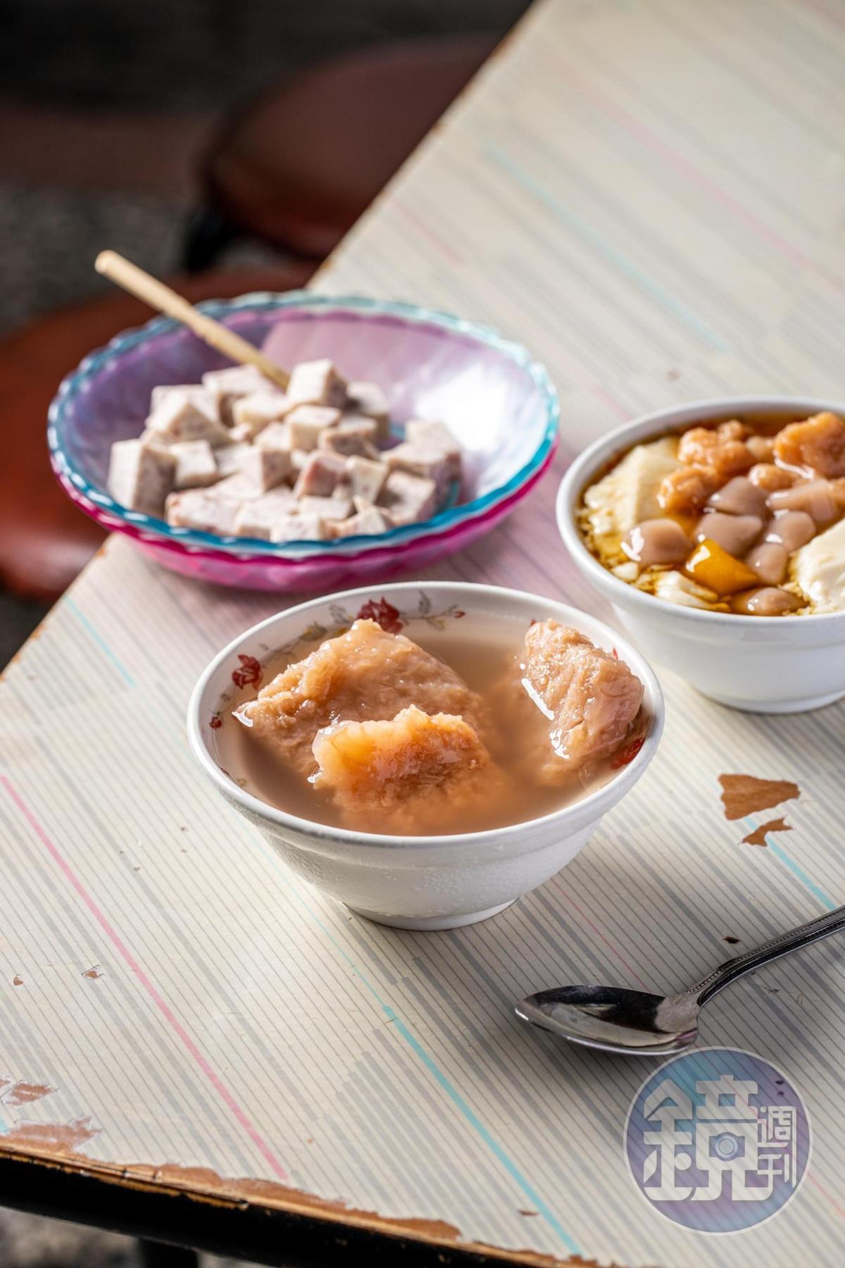 「冷凍芋」是欣豐的起家元老,蜜得極入味,甜味乾淨(中,35元/碗);「芋頭芋圓豆花」(右,30元/碗)豆花沖漿時打入空氣,口感輕盈。