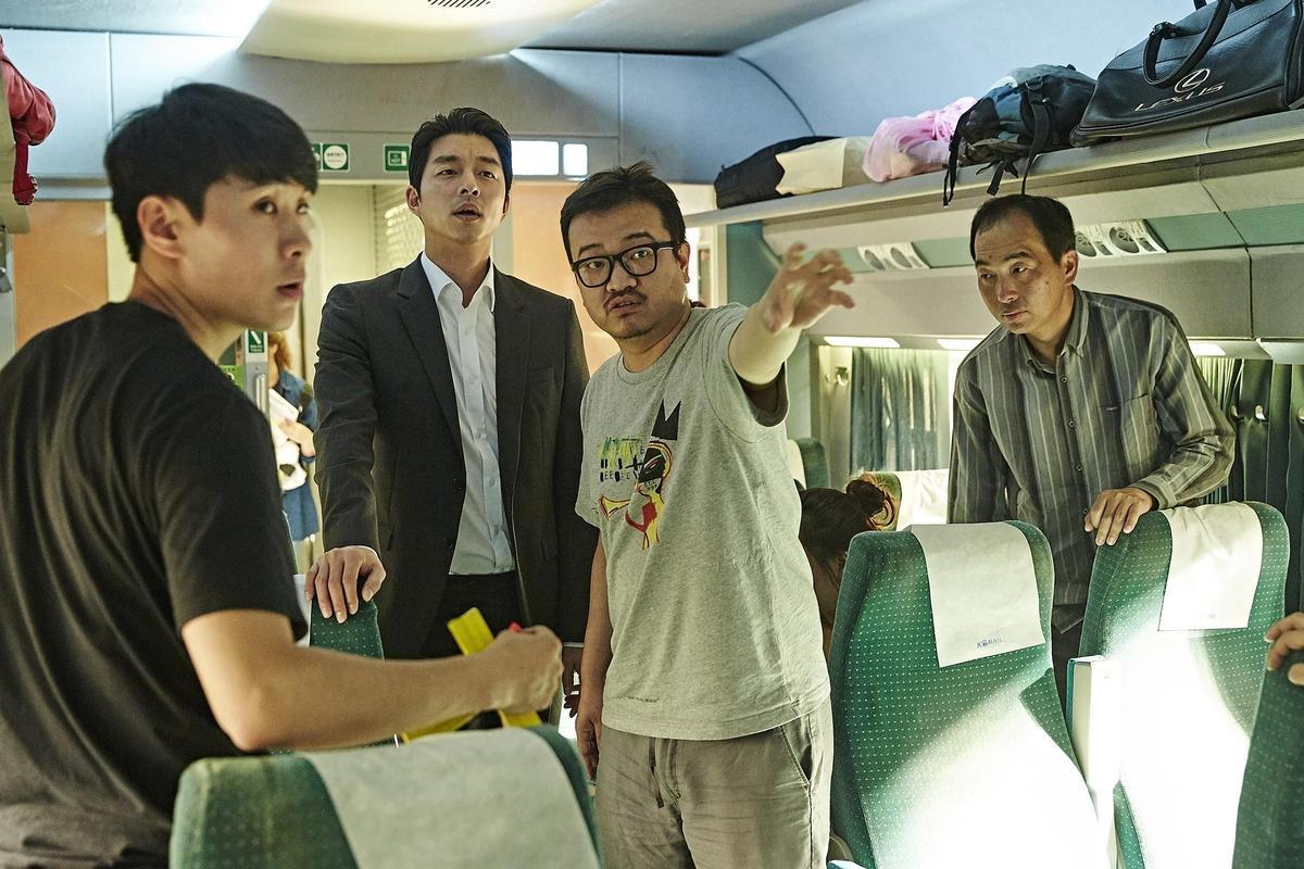 延尚昊(右二起)首次執導的真人片《屍速列車》在海外大放異彩,也帶旺主角孔劉的人氣。(翻攝daum movie)