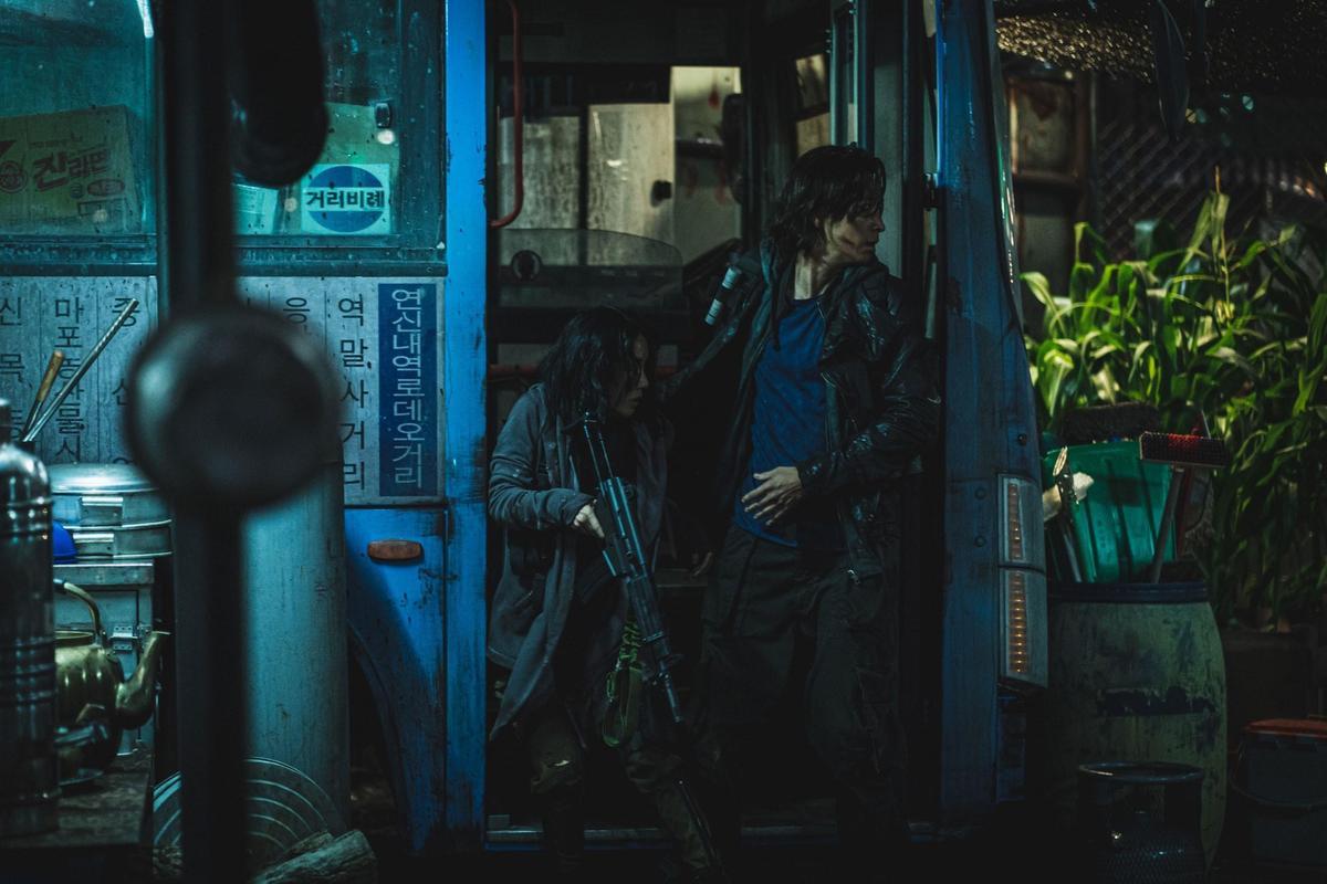 姜棟元(右)和李貞賢在《屍速列車2:感染半島》並肩作戰對抗喪屍。(車庫娛樂提供)