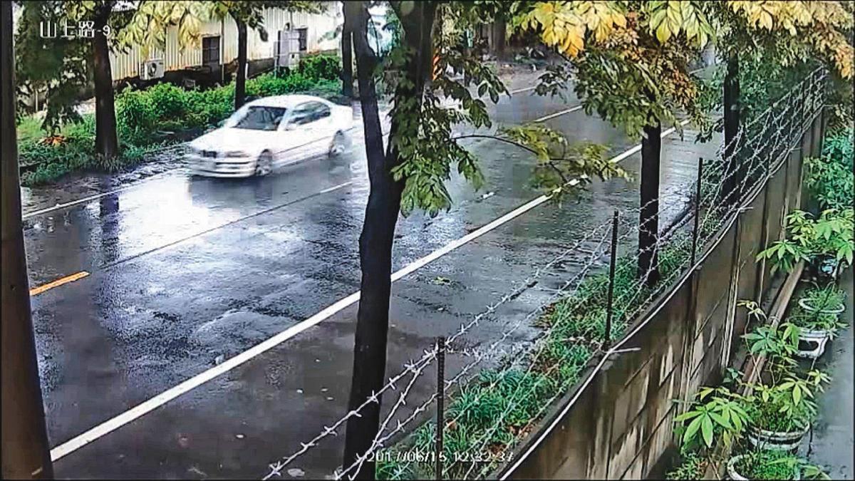 案發現場旁的監視器,清楚拍下黃男開車衝撞林男的畫面。(翻攝畫面)