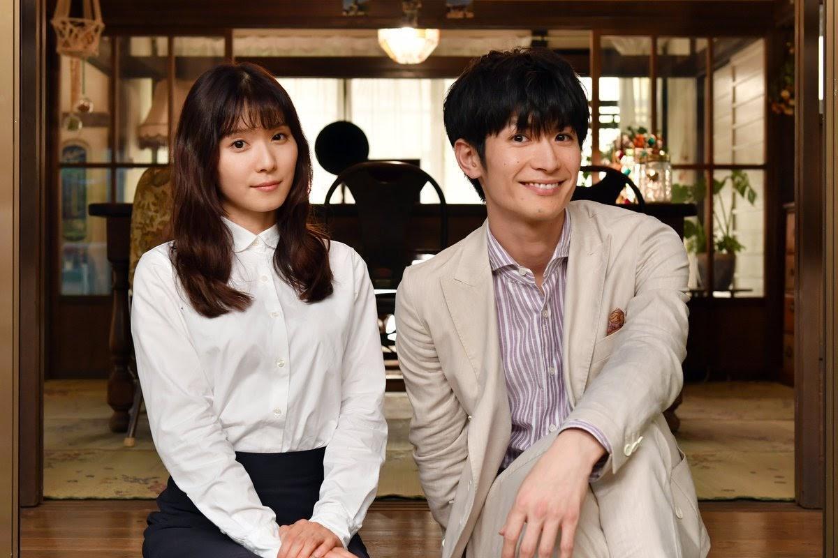 三浦春馬(右)到昨天都還忙著在拍攝與松岡茉優合作的新劇《錢的盡頭是愛情的開始》。(翻攝官方推特)