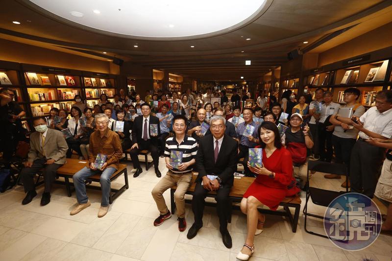 前行政院長陳沖(前排左二)在《十信風暴》新書分享會上大爆當年十信案的祕辛。