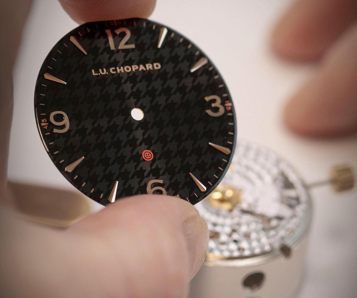 蕭邦與Kiton合作的限量錶款,以Kiton經典布料為設計靈感,讓千鳥格紋成為面盤裝飾,並在6點鐘位置點綴了Kiton品牌Logo。