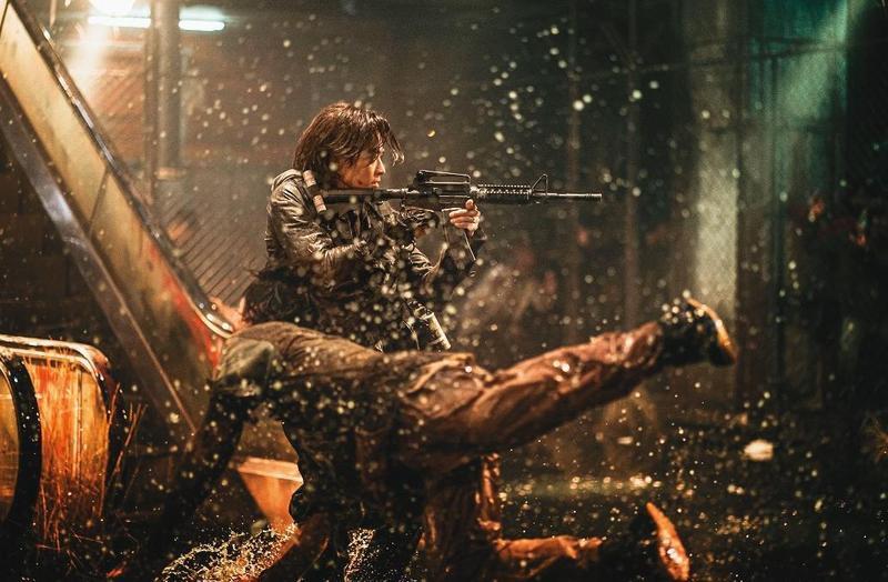 《屍速列車2》主角與其說對抗的是喪屍,不如說是擁有武力卻喪心病狂的人,對人性做了最鮮明的諷刺。(車庫娛樂提供)