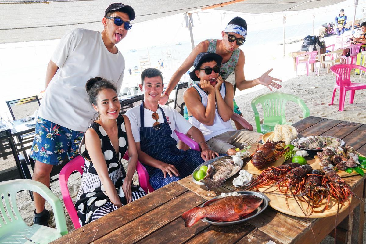 艾美、小林賢伍、八弟蕭志瑋、max及阿傑共同主持的《上山下海過一夜》,日前到澎湖拍攝。(三立提供)