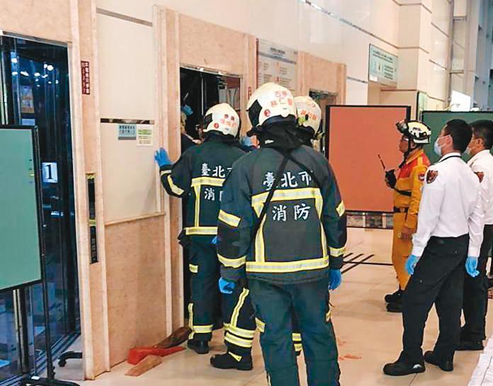 世新大學1部電梯在今年初驚傳保養人員慘遭夾死,事後有人良心不安,寄出檢舉信向檢調抖出市府官員向業者索賄不法。(翻攝畫面)