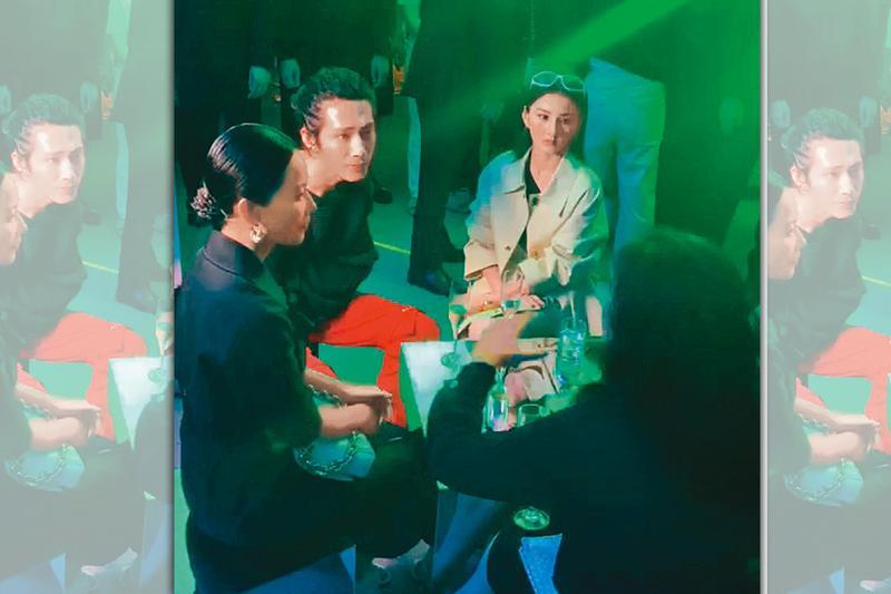 宋祖兒(右)日前參加一場時尚趴,她與另外3位人士坐在一起,安靜地聽他人聊天。(讀者提供)