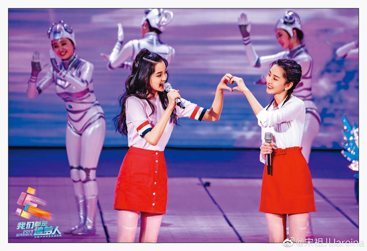 因為年齡相仿,又都是從小就常曝光在鏡頭下,歐陽娜娜(左)與宋祖兒(右)不僅是好友,還被粉絲組成「娜鵝CP」。