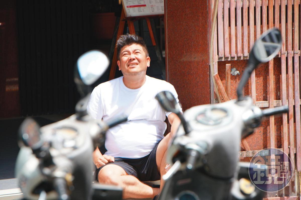 馬國畢坐在地上,看似正在等人,肚子顯得非常卡。(讀者提供)