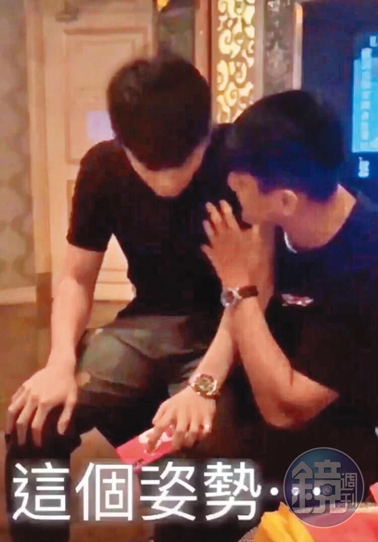 周士渊(右)上酒店遭友人拍下照片,成为他说谎的证据。(读者提供)