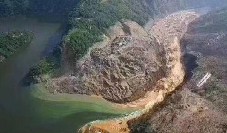 屯堡鄉馬者村沙子壩滑坡,造成清江上游形成堰塞湖,隨時有潰壩形成洪水下洩危險。(翻攝自湖北日報)