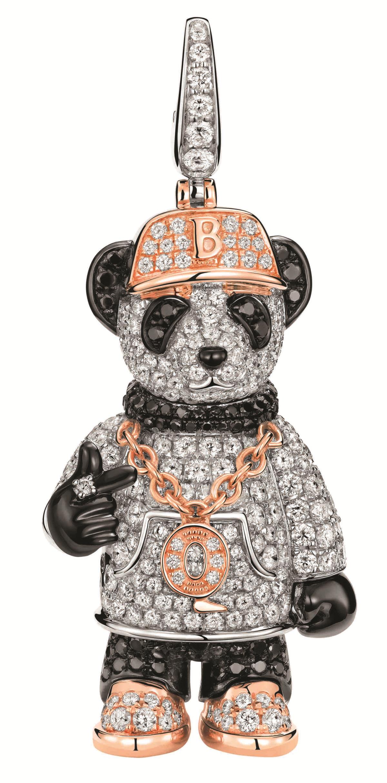 全球限量28件的Qeelin Hip Bo Bo 18K白、玫瑰金與黑色鑲鑽嘻哈熊貓造型吊墜,NT$758,000。(Qeelin提供)