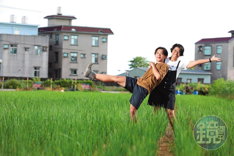 李立丞(左)的媽媽(右)在離婚後,就搬回娘家居住,這天2人在附近的稻田裡合影。