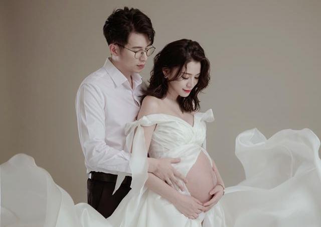王思平露出超大孕肚,老公從背後輕摟合照側臉入鏡。(翻攝自王思平臉書)