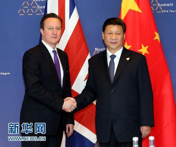 英國前首相卡麥隆(左)任內積極和中國交好,習近平曾在2015年10月踏上英國進行國是訪問。(翻攝新華網)