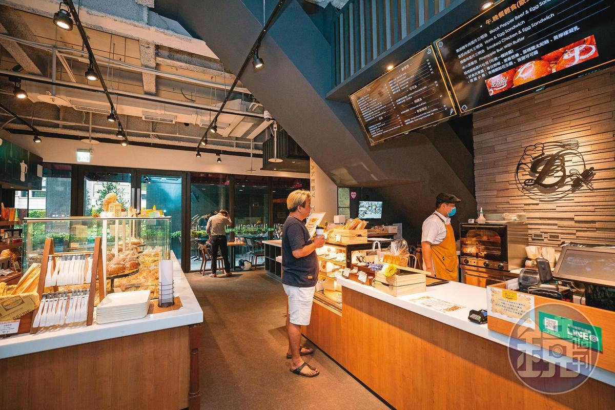 鄭欽天腦子動得快,他在閒置已久的大直總部店面開設貝可麗烘焙,對香港流沙包念念不忘的他請師傅做創意口味的流沙菠蘿包,成了招牌產品。