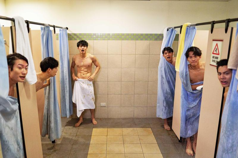 《違反校規的跳投》吳念軒與劇中一幫籃球隊友有養眼洗澡戲。(七十六号原子提供)