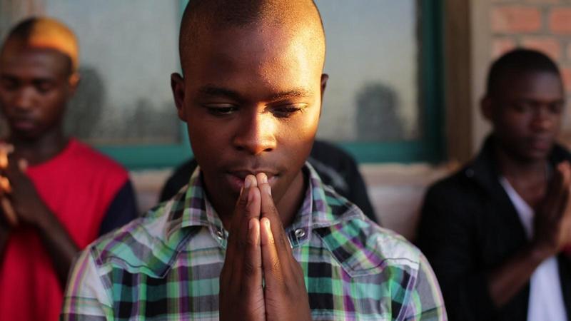 《弘法到非洲》 透過16歲的馬拉威男孩阿魯,揭開他在兩種文化認同間的拉扯。(公視提供)
