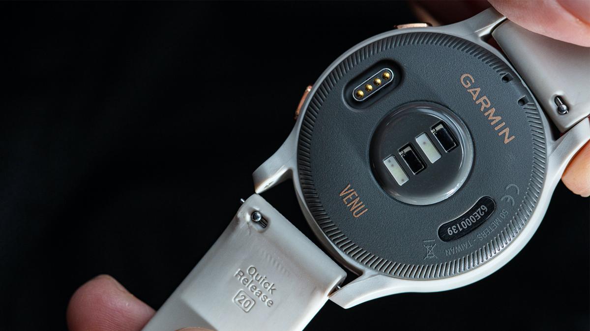 既然外型是Venu的主打,那麼近年流行的快拆錶帶也是一定要加入的元素,讓穿搭可以有更多的變化性。