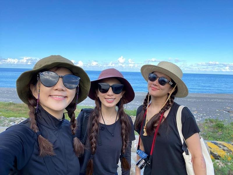 S.H.E到花蓮「姐妹旅行」,3人都綁著雙辮子,穿著一樣顏色的衣服。(翻攝自田馥甄 Hebe臉書)