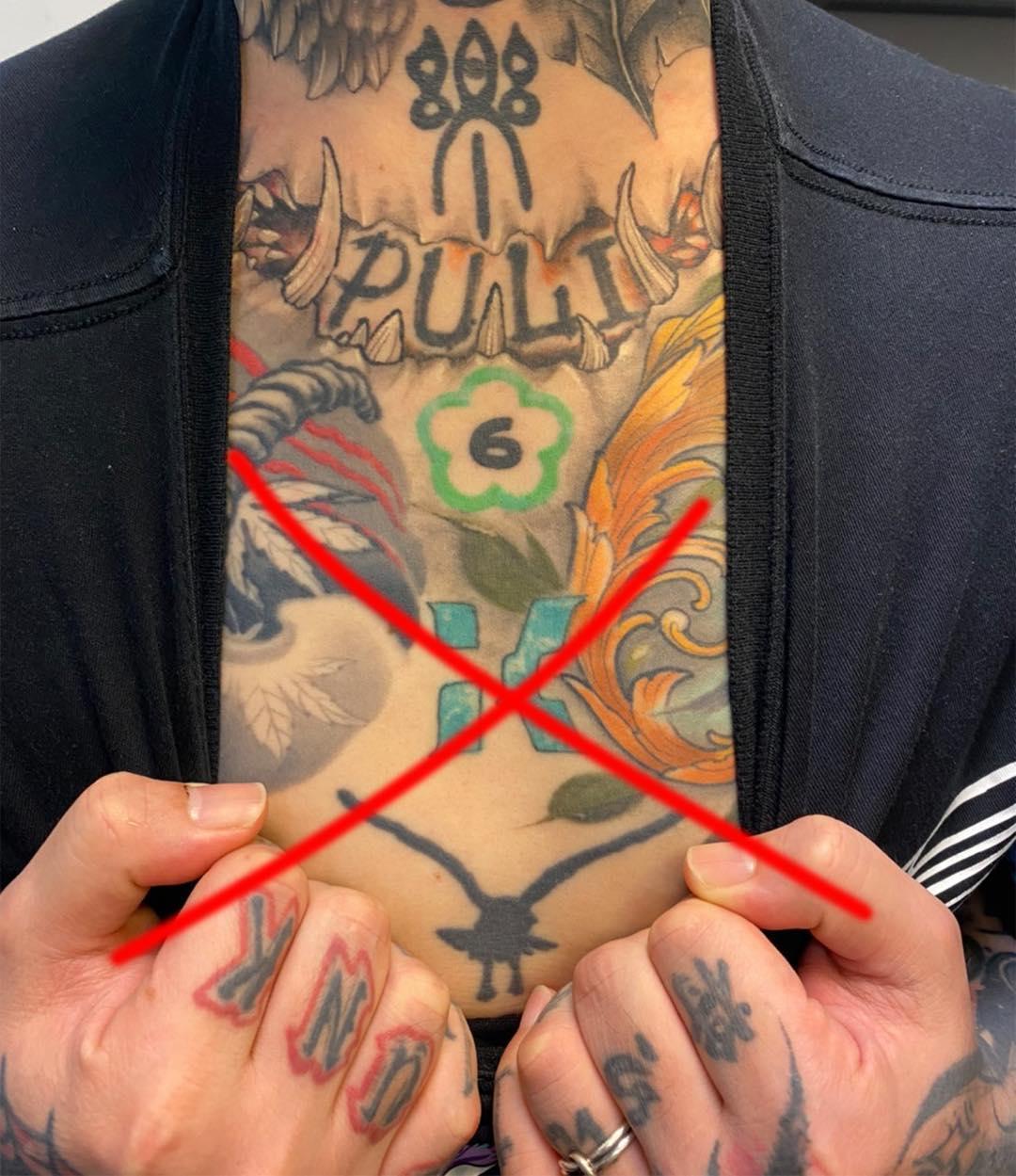 謝和弦為表達對柯文哲及民眾黨不滿,把刺青在身上象徵民眾黨的logo畫上了紅色大叉叉。(翻攝自謝和弦臉書)