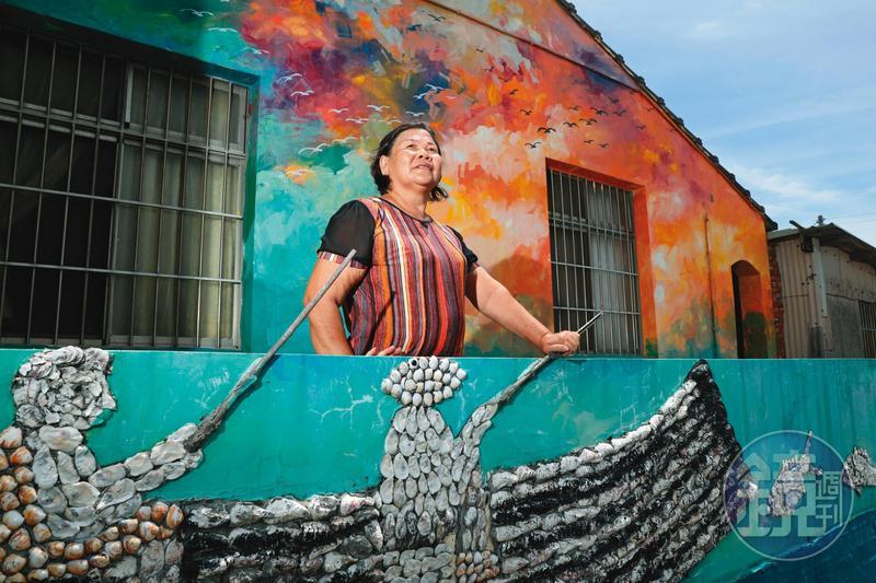 陳玉釵除了辦課輔班,當過村長的她也請藝術家美化環境,村子裡好幾間老舊屋子外牆皆有以蚵殼創作的裝置藝術,十分有蚵寮村特色。