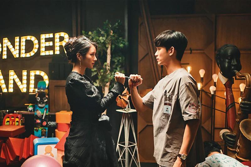 韓星金秀賢(右)退伍後首部作品《雖然是精神病但沒關係》在Netflix連續收視冠軍,除了徐睿知(左)的漂亮妝容引起關注,劇中的華麗繽紛、黑暗、精神創傷與緊扣寓言故事的發展,都成為話題。(Netflix提供)