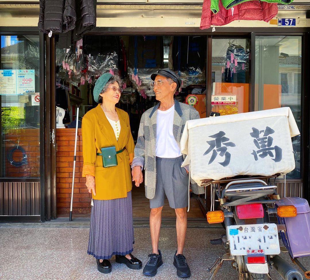 83歲阿公萬吉和84歲阿嬤秀娥洗了70年的衣服,在台中市后里區開設一家「萬秀洗衣店」。(翻攝自IG「wantshowasyoung」)