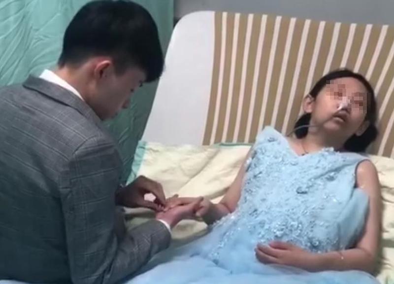 洪女的男朋友在病床上幫她戴上婚戒互許終身。(圖片翻攝臉書)