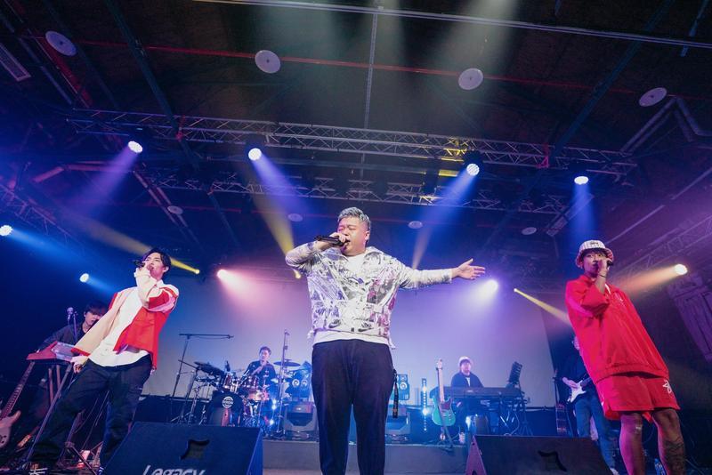 黃奕儒(由左至右)、嘉賓小納豆與鼓鼓在台上演出。(相映國際提供)
