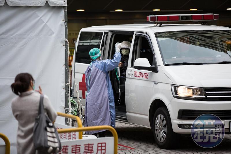 昨(26日)晚間載疑似武漢肺炎患者送醫的救護車,在國道一號突然起火;示意圖,非當事人。(本刊資料照)