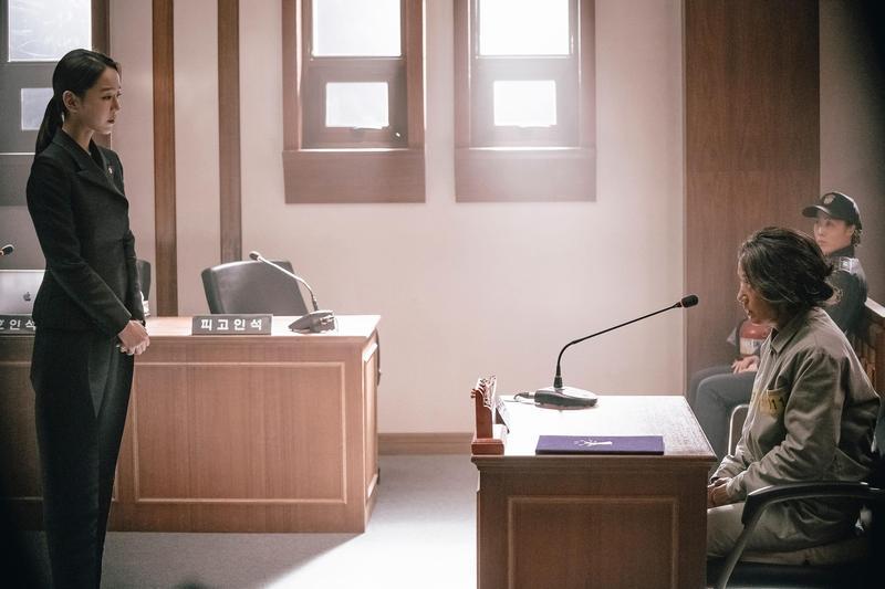 失智母親被控下毒殺人,已斷絕關係的律師女兒從首爾回來為母爭取清白,渲染溫情張力十足。(索尼提供)