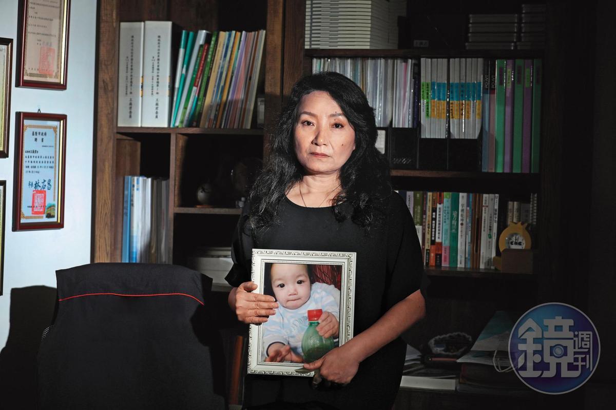 王薇君(圖)拿著姪子王昊的照片,叡叡媽媽淑蓉提起孩子泣不成聲,王婉諭手持小燈泡繪圖,但她們持續往前為被害人家屬爭取法定權益。