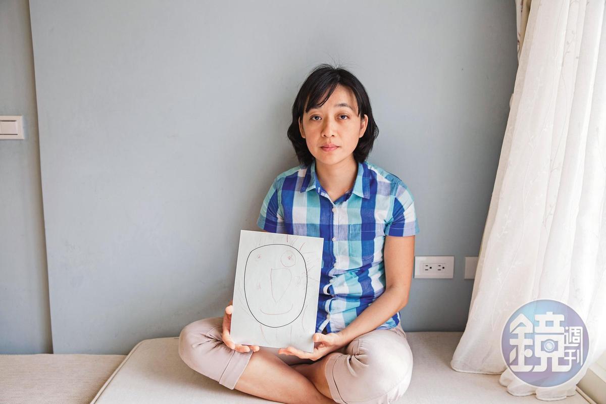 王薇君拿著姪子王昊的照片,叡叡媽媽淑蓉提起孩子泣不成聲,王婉諭(圖)手持小燈泡繪圖,但她們持續往前為被害人家屬爭取法定權益。