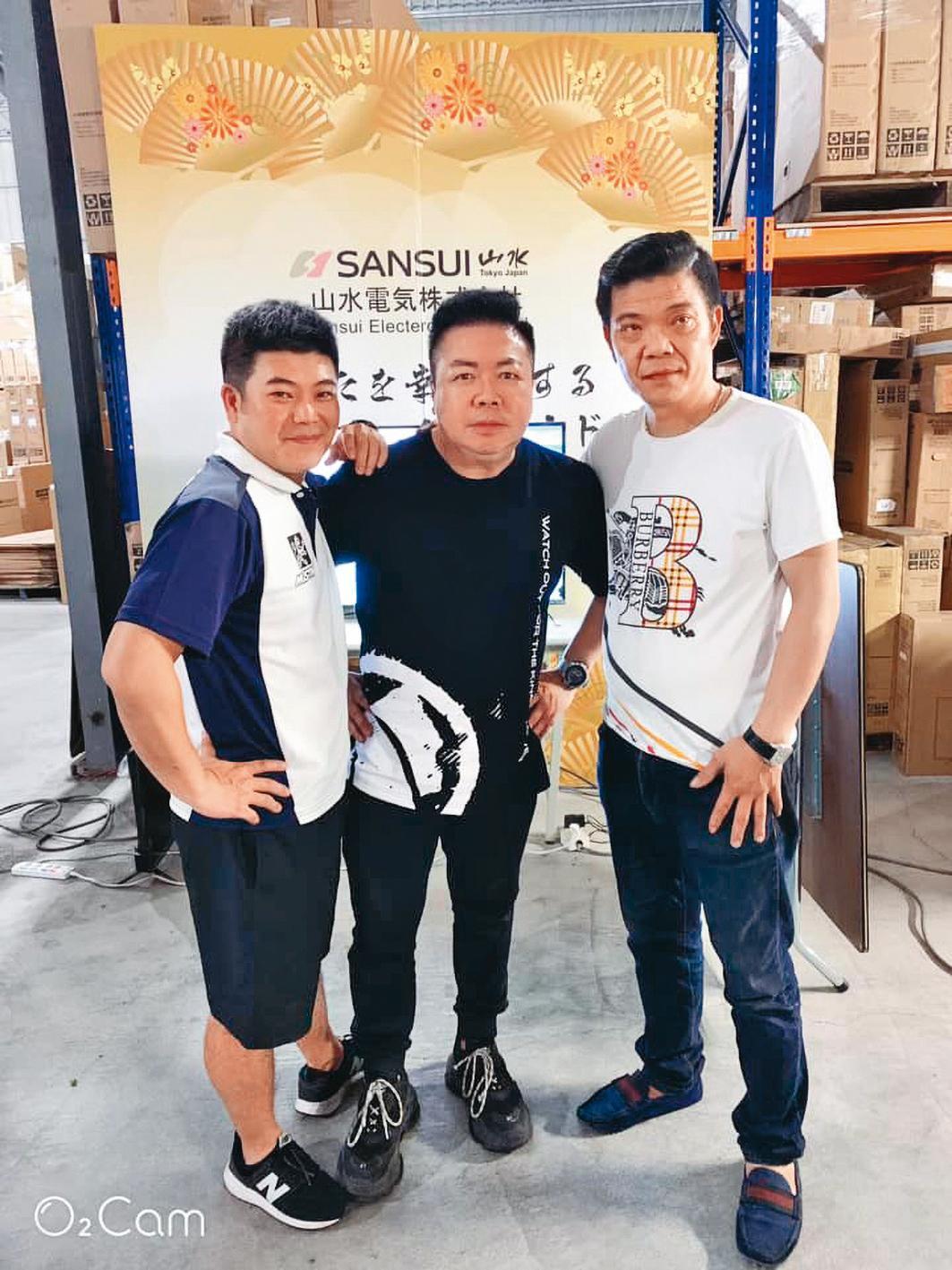 馬國畢(左)是「王三郎來了」直播平台的主要藝人,兩人平均1週2場直播,月入24萬元以上。(翻攝自王三郎來了直播)
