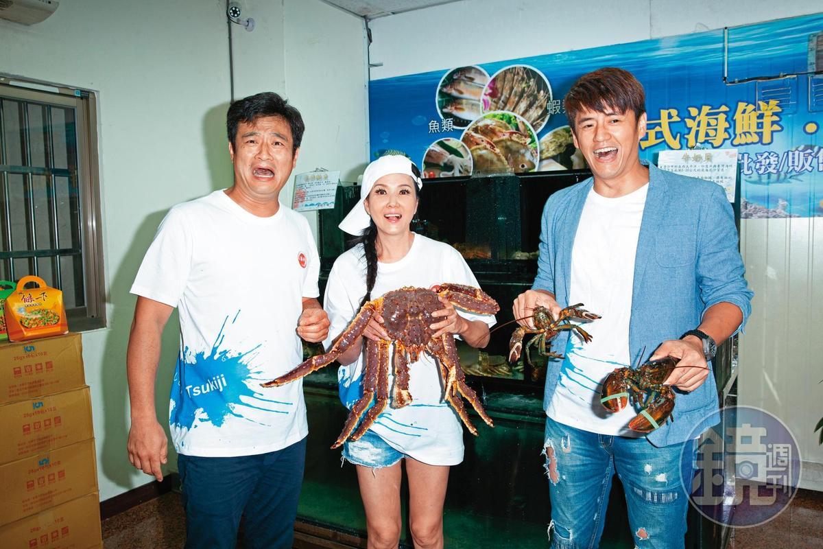 林佑星(左)跟阿布(右)攜手創業,在直播平台賣海產,更找來丁國琳(中)幫忙叫賣。
