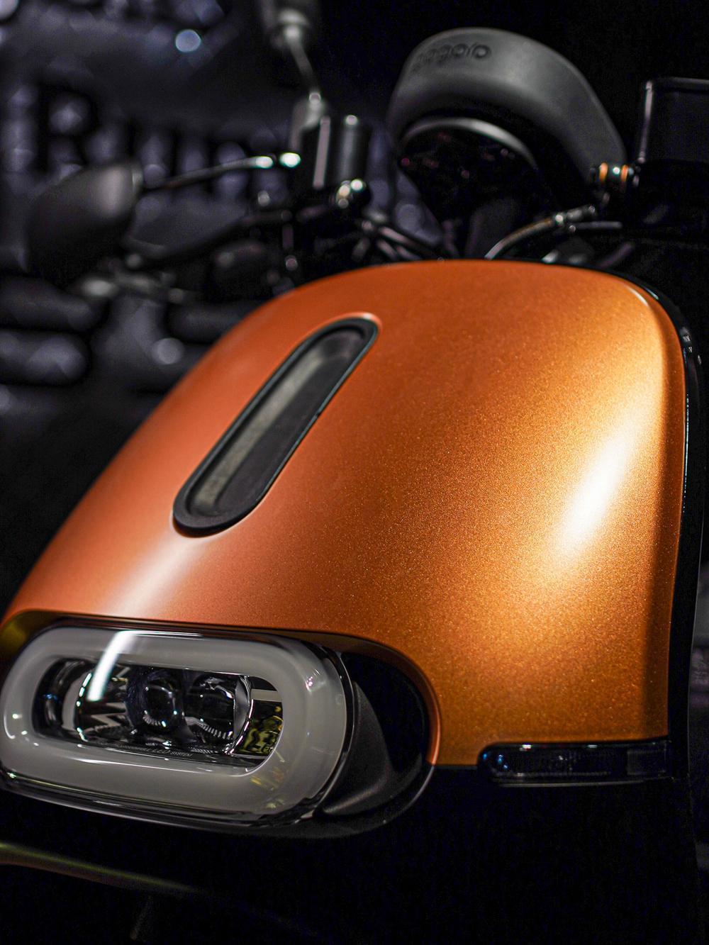 Gogoro 2 Rumbler ABS 閃霧銅的車身運用大量的消光霧黑套件,包括潮流防護手把、極簡流線後扶把等。