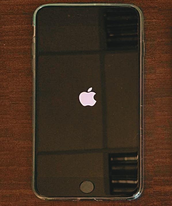 一名男子(圖)被檢察官顏汝羽起訴偷蘋果手機,還建議法官從重量刑,但法官勘驗監視器畫面發現,顏檢指的屏幕上「白色蘋果」圖樣,其實是嫌犯的指甲反光,判決無罪還以清白。