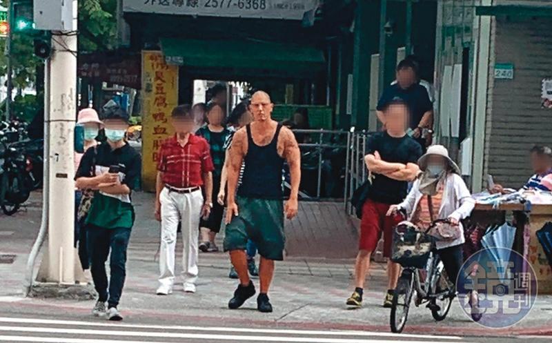7月21日下午,蔣友柏穿著黑色背心,秀出健壯上半身出現在台北街頭。