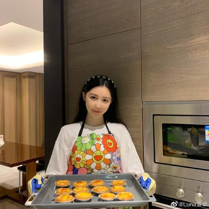 Luna平常喜歡下廚,屬「賢妻良母」型的老婆。(翻攝自Luna微博)