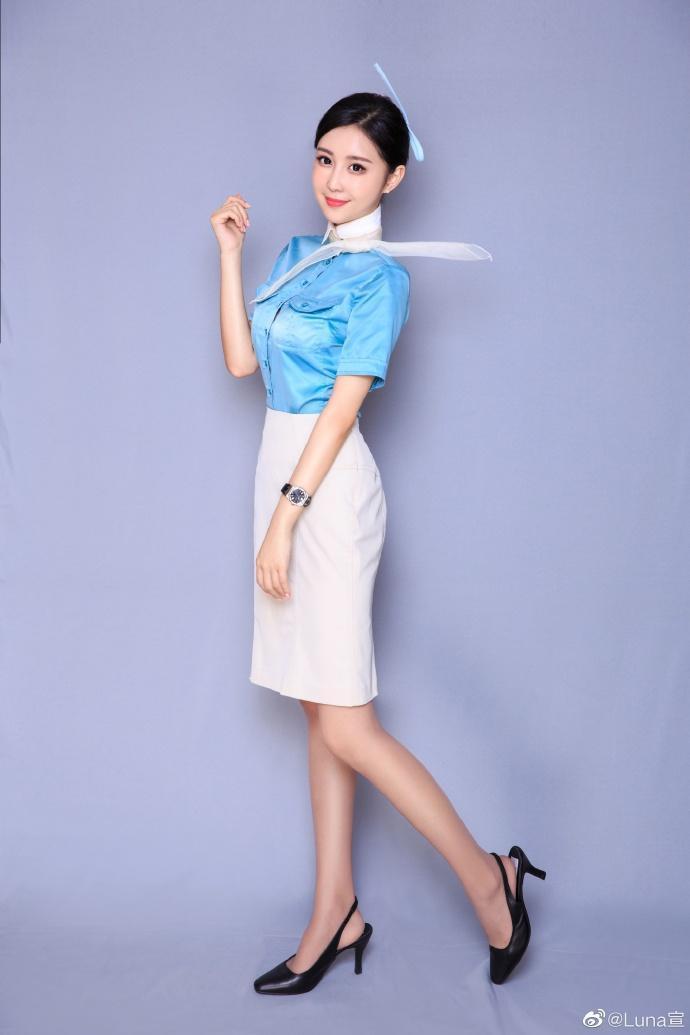 Luna宣云長相甜美,是東方航空的空姐。(翻攝自Luna微博)