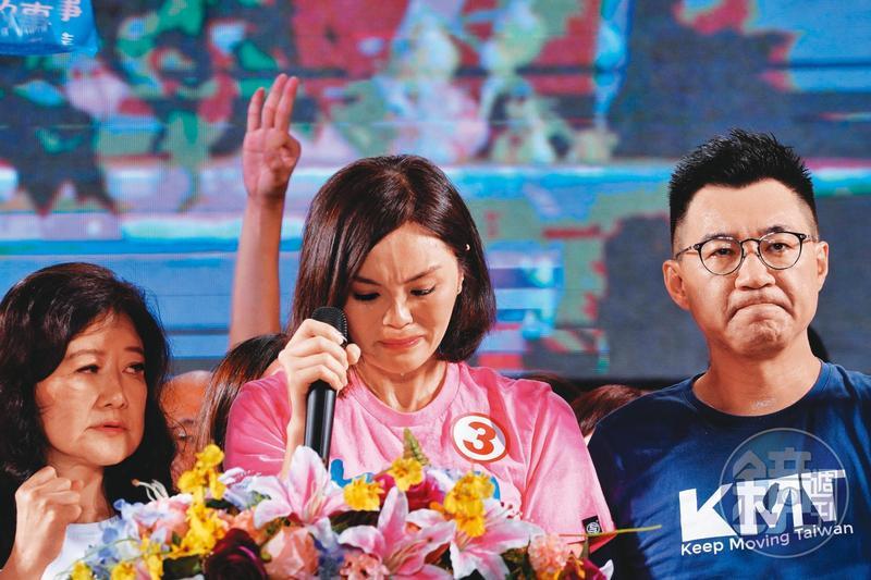 25日當晚,李眉蓁(中)在競總成立大會上再次為論文抄襲落淚道歉,站在一旁的黨主席江啟臣(右)臉色鐵青,內心煎熬似乎不比她少。