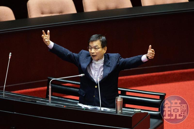 李眉蓁論文抄襲風包持續延燒,同黨立委賴士葆竟痛批「政府對論文抄襲現象繼續包庇縱容,重擊台灣的高教清譽」。