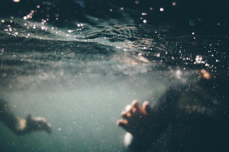 被指控掐住男童脖子還往水裡壓,警官喊冤還原事發經過;示意圖。(Image by Free-Photos from Pixabay)